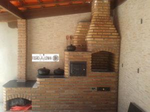 Cozinha com fogão a lenha forno e churrasqueira