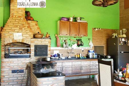 Fogão a Lenha com Forno e Churrasqueira dentro da cozinha